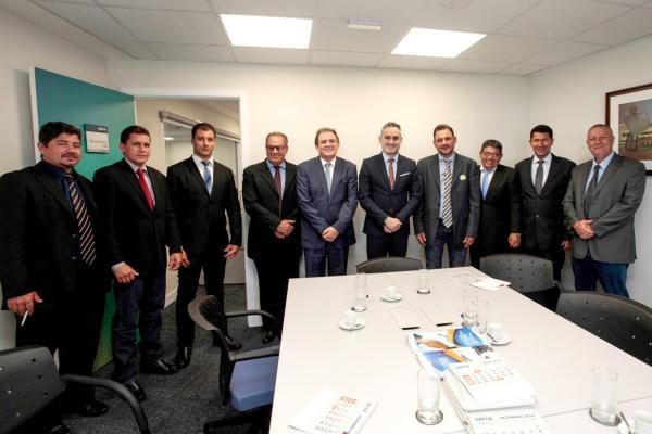 Vereadores, senador Moka e prefeito Waldeli posam para foto após reunião com diretores da Caixa Econômica em Brasília. (Foto: Luis Carlos Campos Sales).