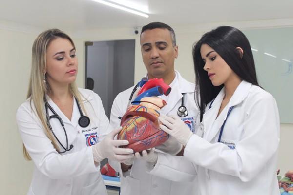 Brasileiros fazem tour em faculdades de medicina no Paraguai para comparar melhor preço e qualidade