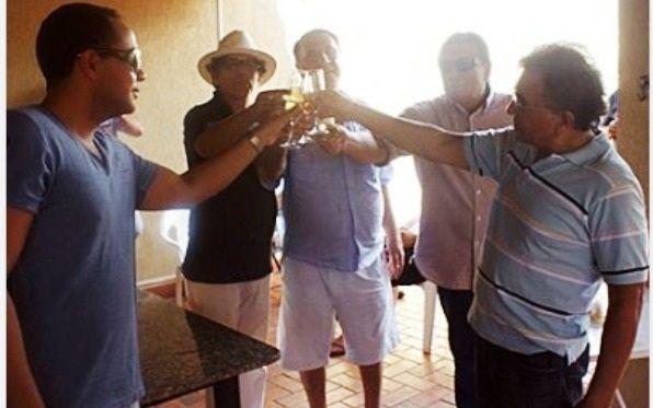 Odilon (à direita) brinda com amigos (Foto: Reprodução/Internet)