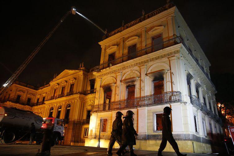 Cerca de 80 homens de 12 quartéis do Corpo de Bombeiros foram enviados ao local - Foto: Tânia Rego/Agência Brasil
