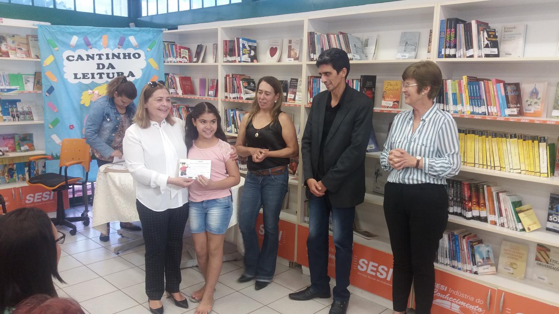 Prefeitura e Sesi entregam certificados de curso a alunos