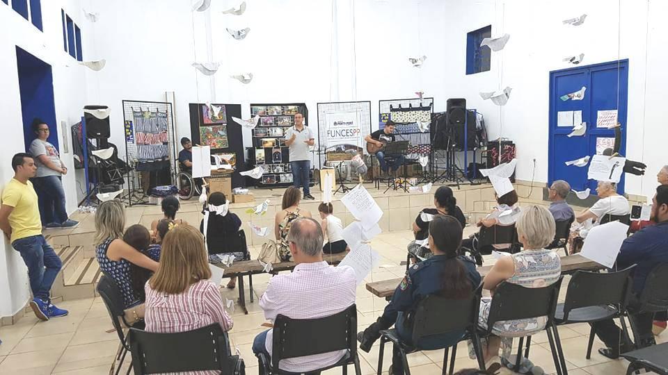 Durante Sarau foram entregues os expositores projeto Fronteiras das Palavras