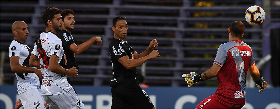 Ricardo OLiveira cabeceia para marcar um dos seus dois gols no jogo - Foto: Divulgação