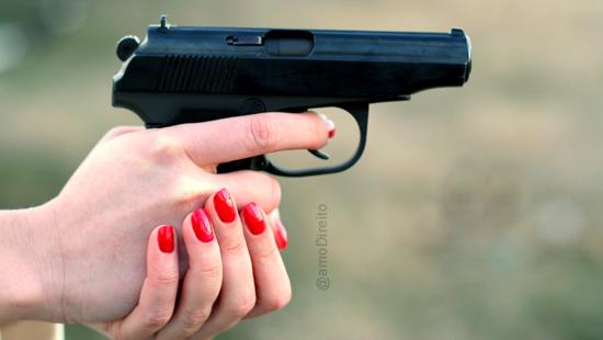 Mulher realiza vários disparos de arma de fogo