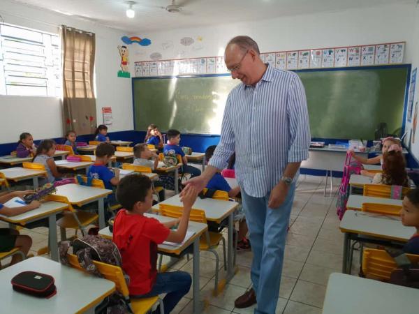 Prefeito Hélio Peluffo e secretária de Educação Leny Klais visitaram escolas na abertura do ano letivo na rede municipal de ensino