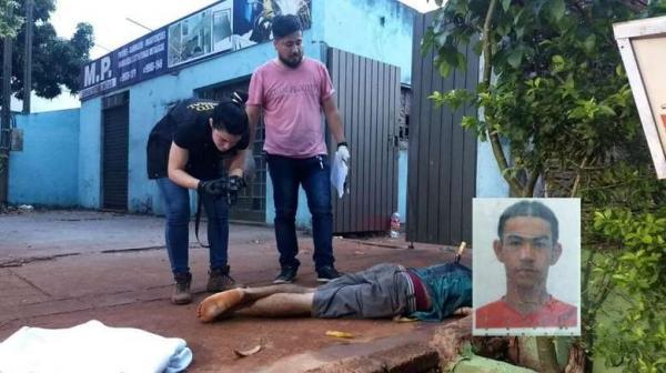 Homem é encontrado morto com uma faca cravada nas costas