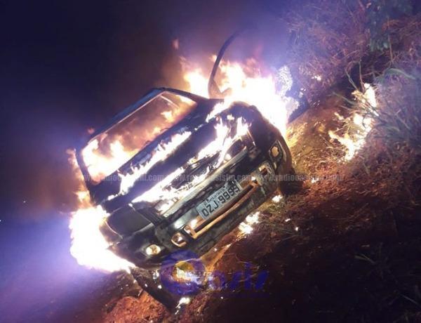 Caminhoneta em chamas, da marca Ford, modelo Ranger, de cor branca, Placa OZJ 9999