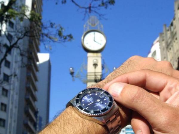 Horário de verão acaba domingo (17) para dez estados brasileiros e o Distrito Federal