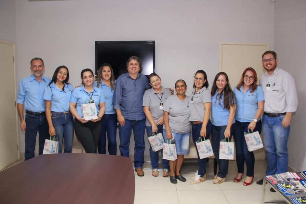 Presidente Caravina durante reunião com funcionárias da Assomasul