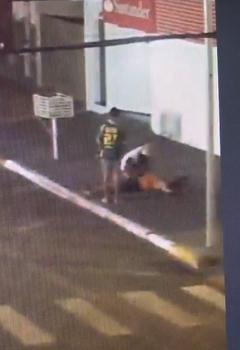 Suspeitos viram corpo e roubam alguma coisa do bolso da vítima - Foto: Foto: Reprodução
