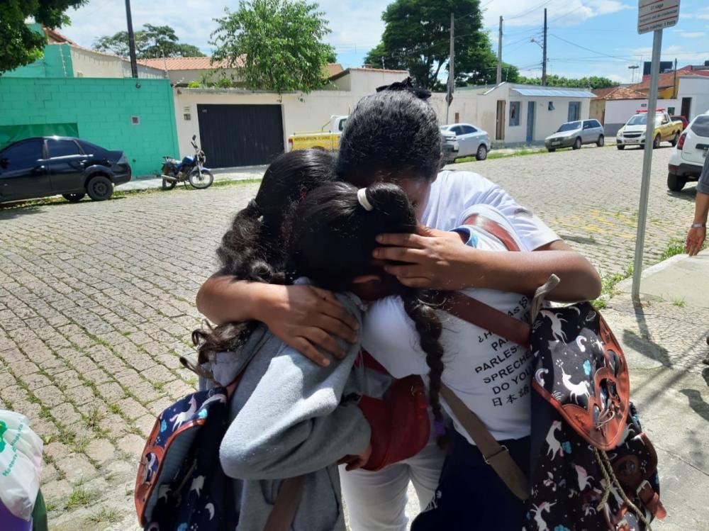 Estudantes se abraçam após ataque a Escola de Suzano