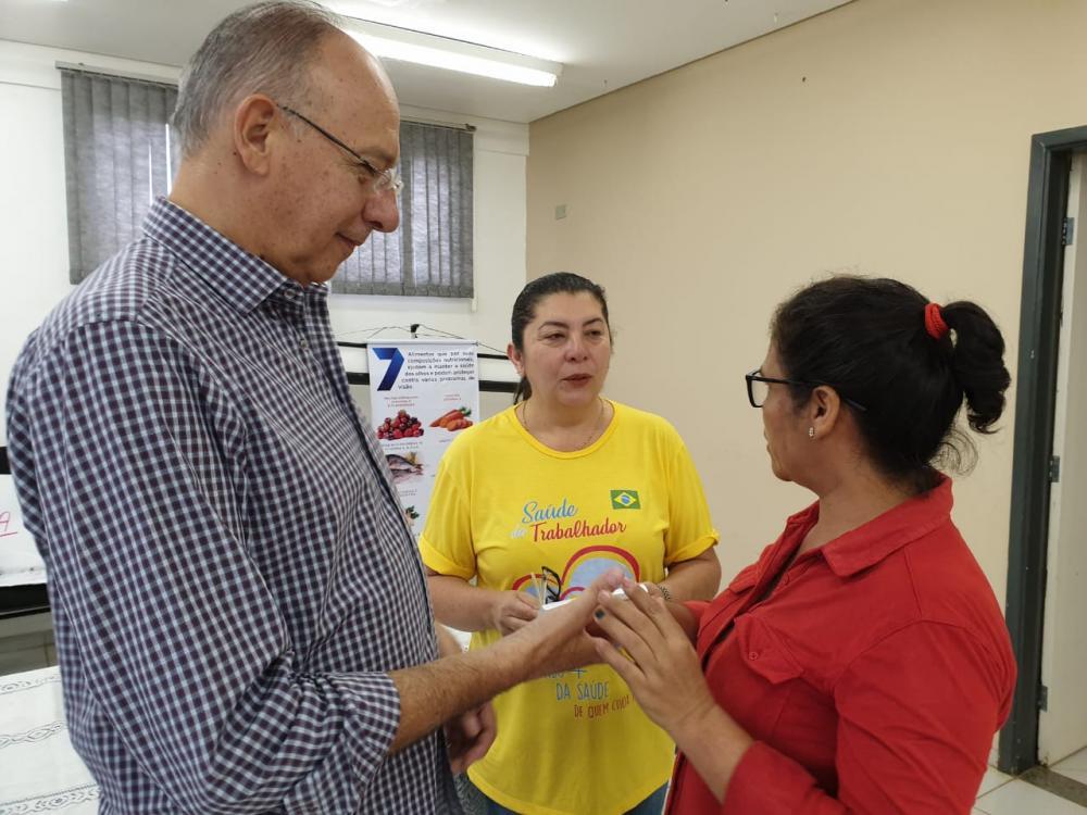 """""""O programa de entrega de óculos atende nosso lema de cuidar bem das pessoas"""", destacou Hélio"""