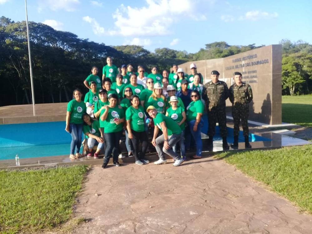 Equipe do Profuncionário de Ponta Porã e componentes do Exército Brasileiro durante visita a um dos monumentos existentes no Parque Histórico Colônia Militar dos Dourados, no município de Antônio João