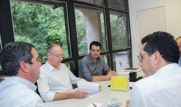 Prefeito Hélio Peluffo debate questão do transporte escolar em reunião na Governadoria