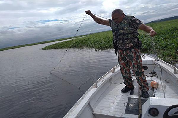 Infrator armava rede no canal do Tamengo - Foto: Ascom PMA