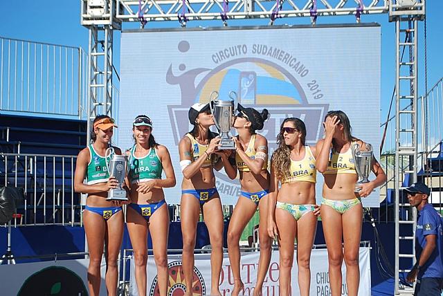 Victoria e Tainá beijam o troféu conquistado na etapa de Camaçari - Foto: Divulgação/CSV