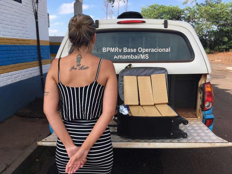 Mulher de 23 anos transportando maconha dentro de um ônibus