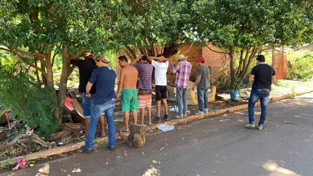Policiais revistam suspeitos durante trabalhos de operação - Foto: Divulgação