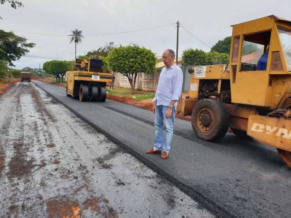 Enquanto entrega pavimentação, prefeito Hélio anuncia mais obras de ampliação do asfalto em vários bairros