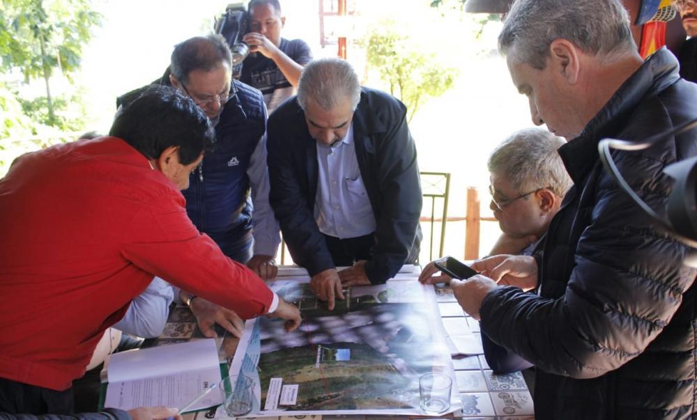 Diretor da Itaipu Paraguai, José Alderete, esteve ontem reunido com o governador, secretários e deputados em Murtinho - Foto: Chico Ribeiro