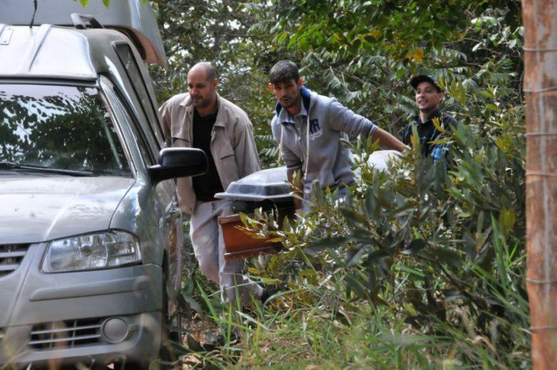 Quase sete horas depois, corpos são retirados de destroços de avião