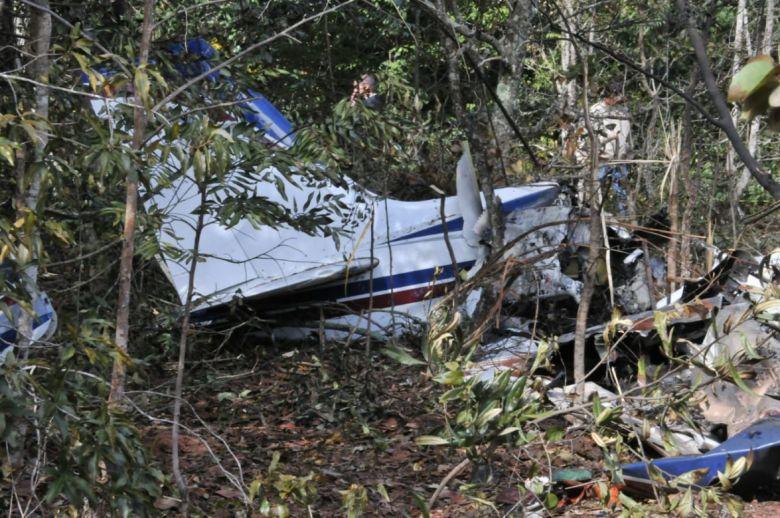 Destroços da aeronave, em mata - Foto: Valdenir Rezende / Correio do Estado