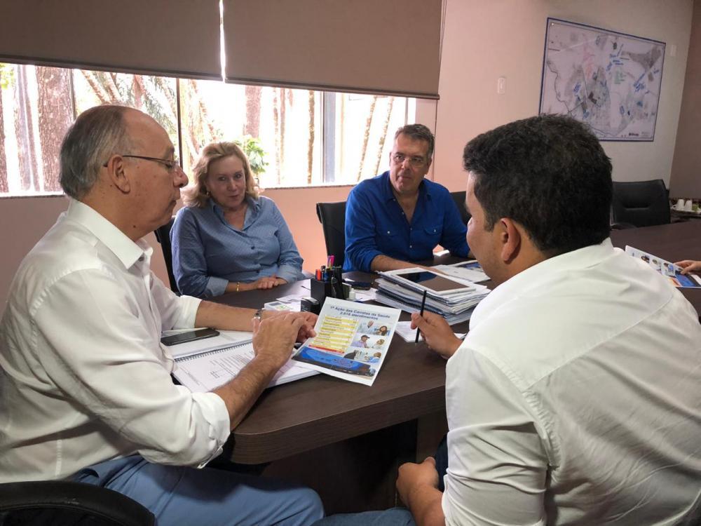 Prefeito Hélio Peluffo recebeu balanço com números dos atendimentos da Carreta da Saúde