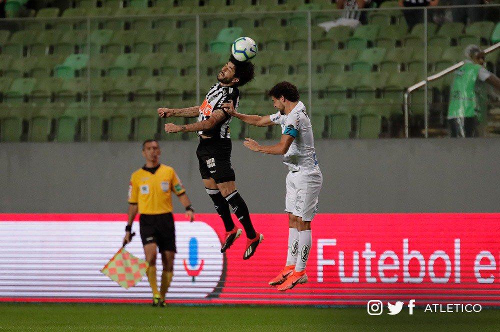 Na ida, em Belo Horizonte, Peixe e Galo empataram por 0 a 0. Em São Paulo, quem vencer avança - Foto: Divulgação