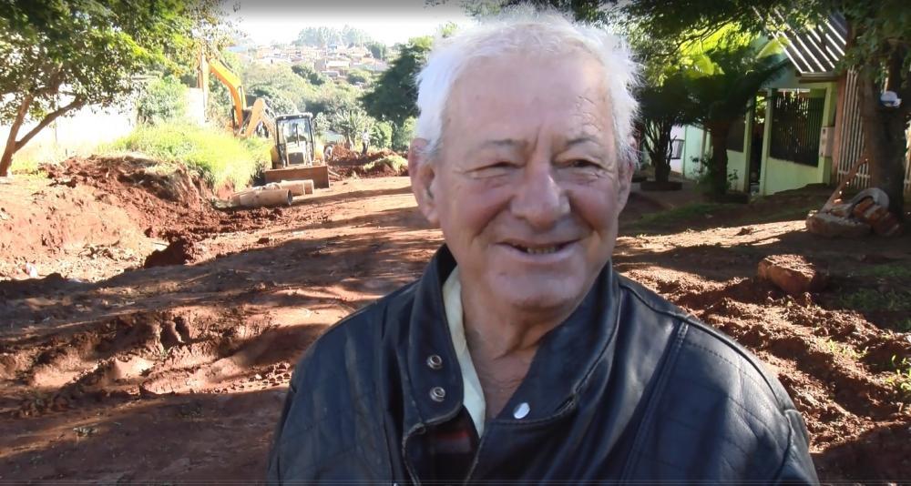 Prestador de serviços, Antonio Lopes reside há décadas no bairro e comemora asfalto