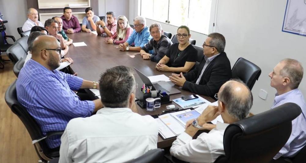 Prefeito Hélio Peluffo em reunião com consultor do Fonplata e vereadores para apresentação do projeto aprovado de mais de R$ 100 milhões