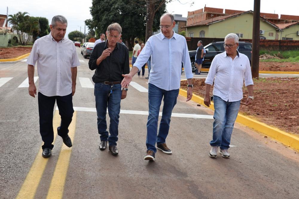 Prefeito e vereadores entregaram asfalto comunitário