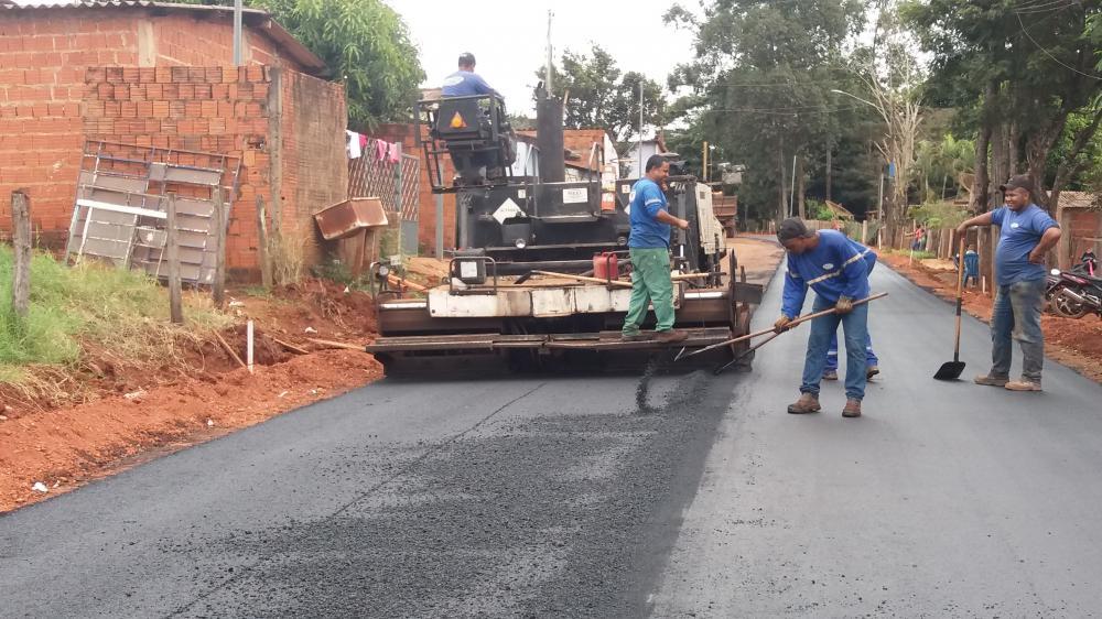 Bairro Residencial Ponta Porã 1 já recebe primeiras camadas de asfalto, iniciando pela rua Dombeia