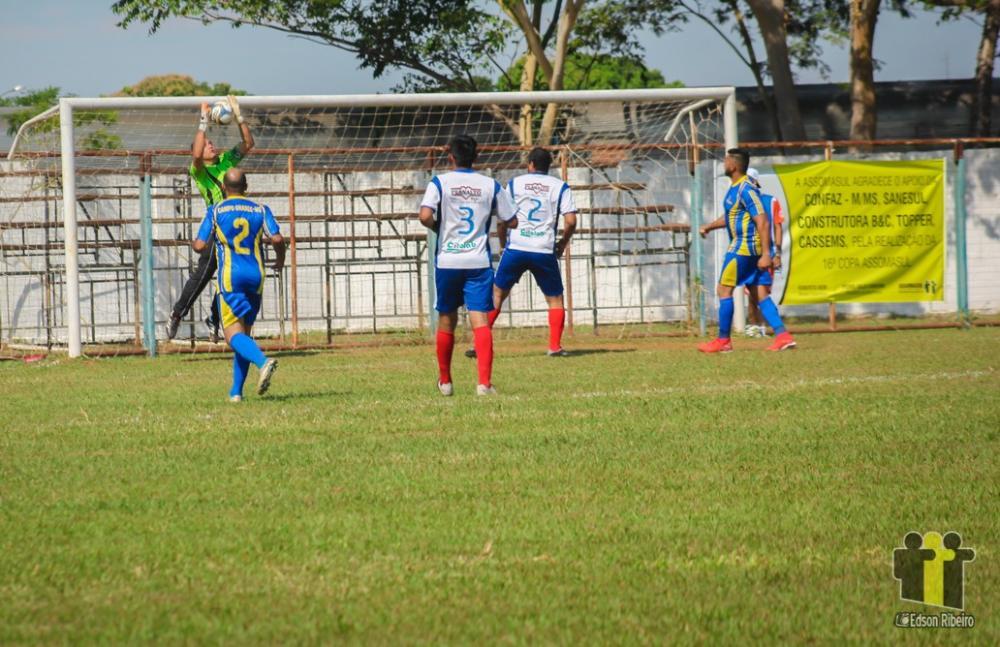 Campo Grande (azul e branco) derrotou Ladário por 3 a 2 (Foto: Edson Ribeiro)