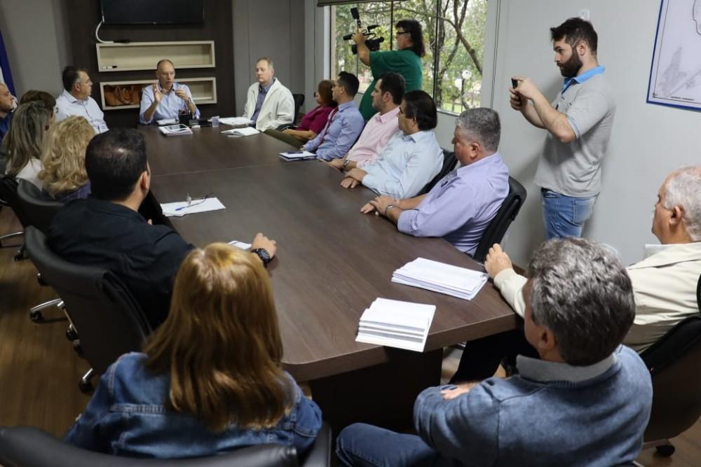 Prefeito Hélio reúne secretariado e determina redução de custos