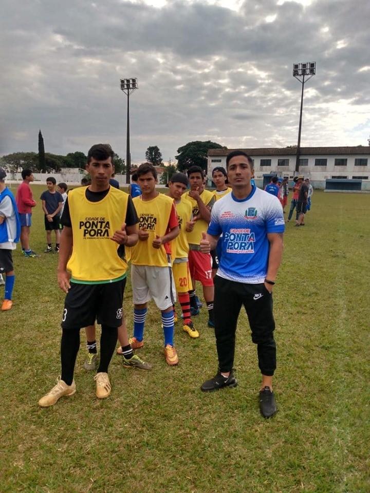 Vereador do esporte entrega kits para escolinha de futebol em Ponta Porã com prefeito Hélio Peluffo Filho