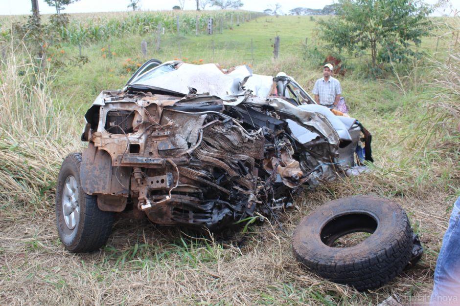 Caminhonete ficou destruída após batida - Foto: Luís Gustavo / Jornal da Nova