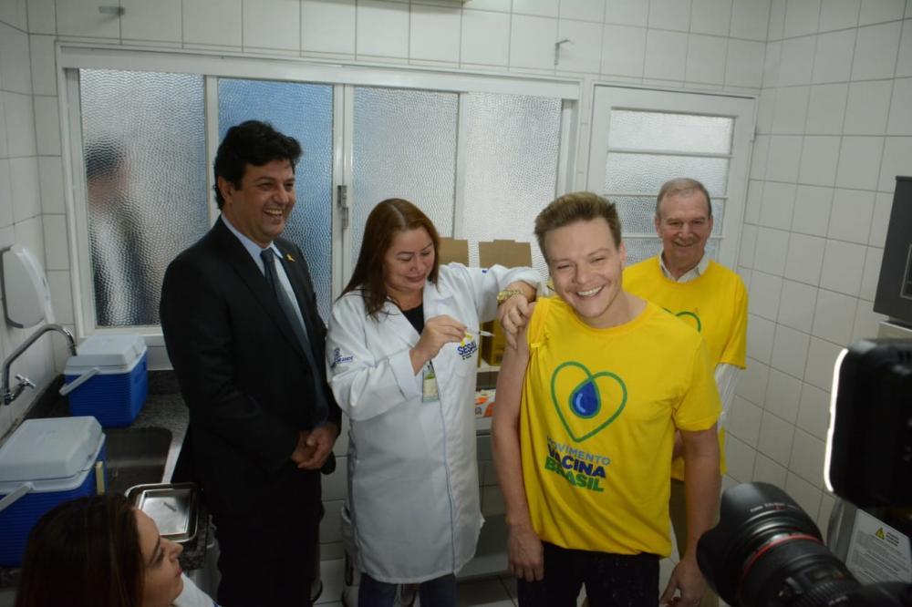 Michel Teló participou de vacinação simbólica nesta manhã em Campo Grande - Foto: Bruno Henrique / Correio do Estado