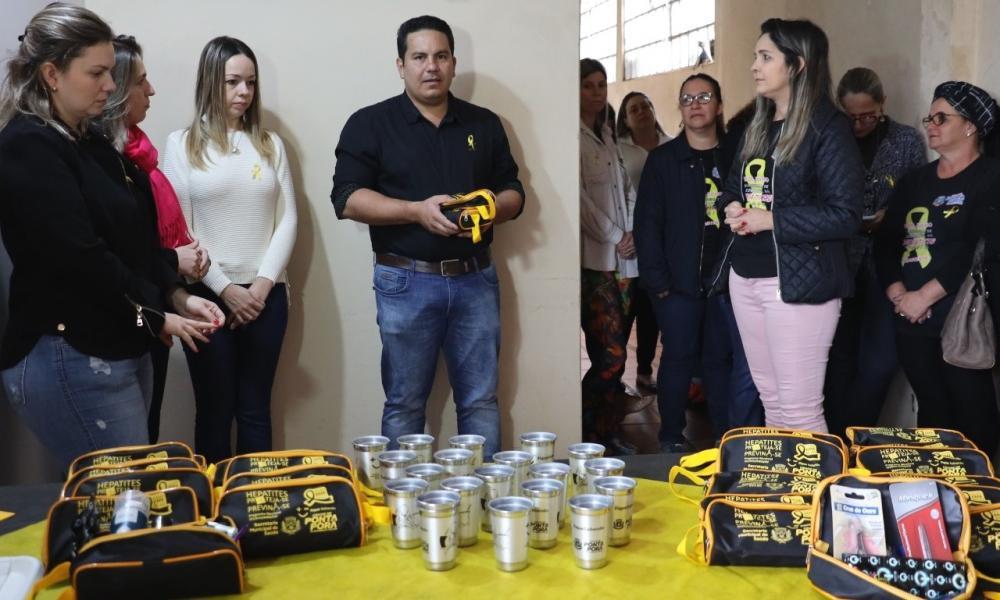 Secretário de Saúde, Dr. Patrick Derzi entregou mais kits para reforçar campanha contra as hepatites virais