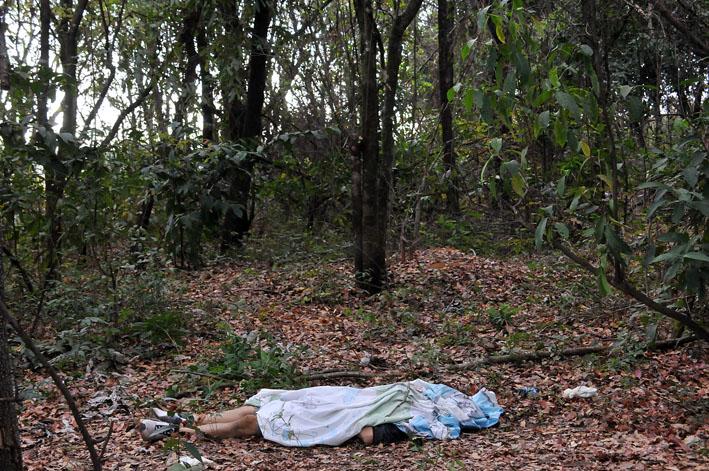 Corpo foi encontrado degolado no meio do mato - Foto: Foto: Valdenir Rezende / Correio do Estado