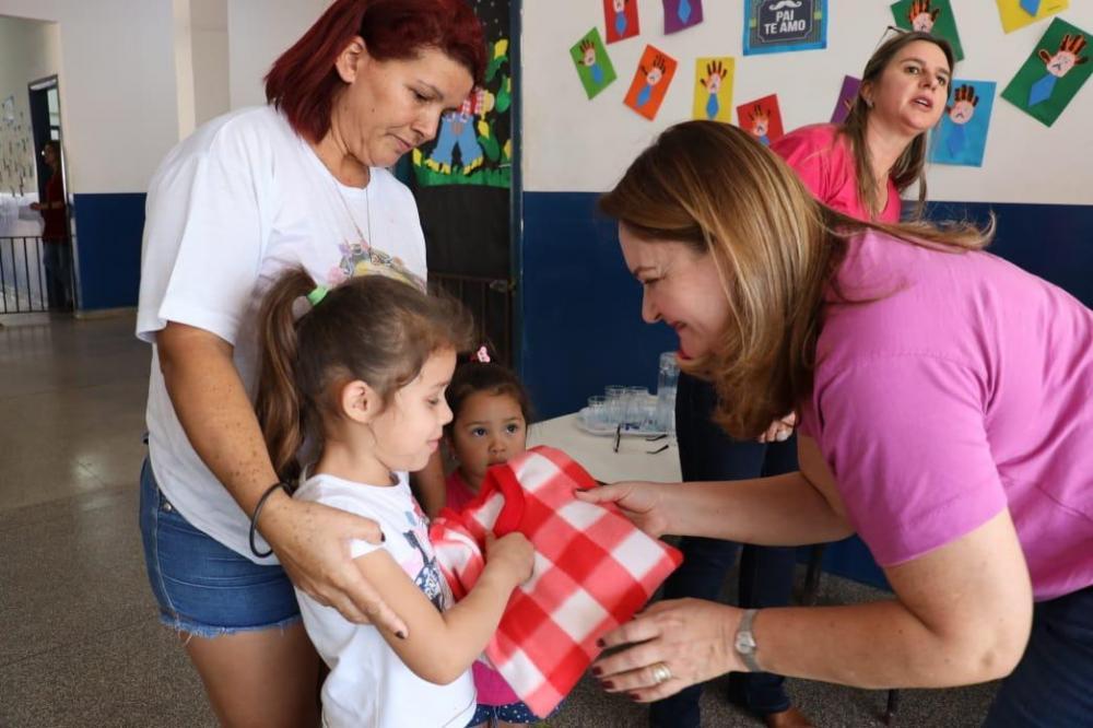 Primeira-dama Vânia Peluffo vem entregando material confeccionado em programa social