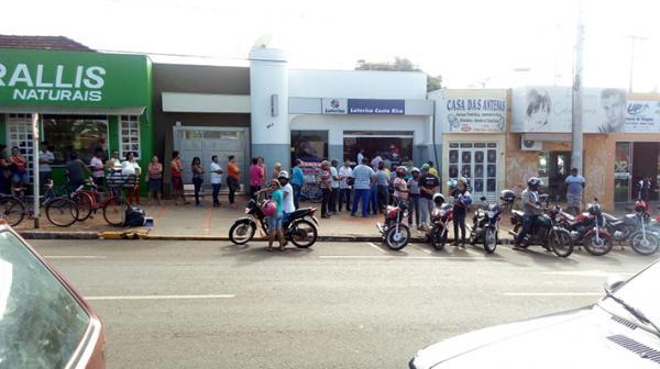 A fila formada para receber atendimento na Lotérica chegou até a calçada e os cidadãos tiveram que esperar por horas em pé e expostos ao sol. (Foto/Crédito: Arquivo do site Gazeta CR News)