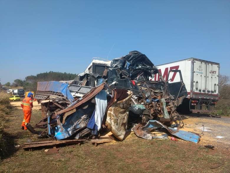 Acidente ocorreu nesta manhã em Caarapó - Crédito: Osvaldo Duarte/Dourados News