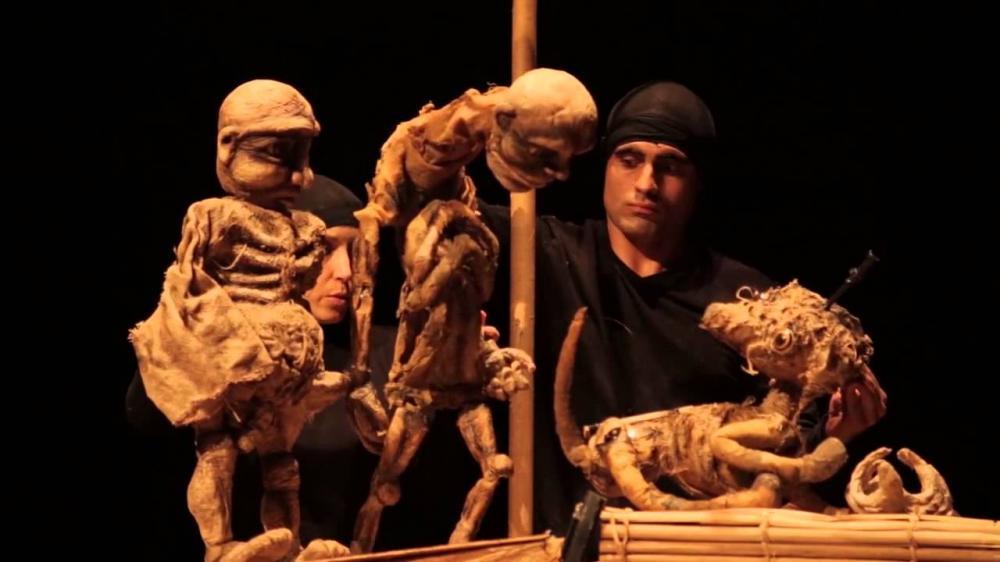 Uma adaptação inusitada do mestre Graciliano Ramos fazendo uso de bonecos, máscaras
