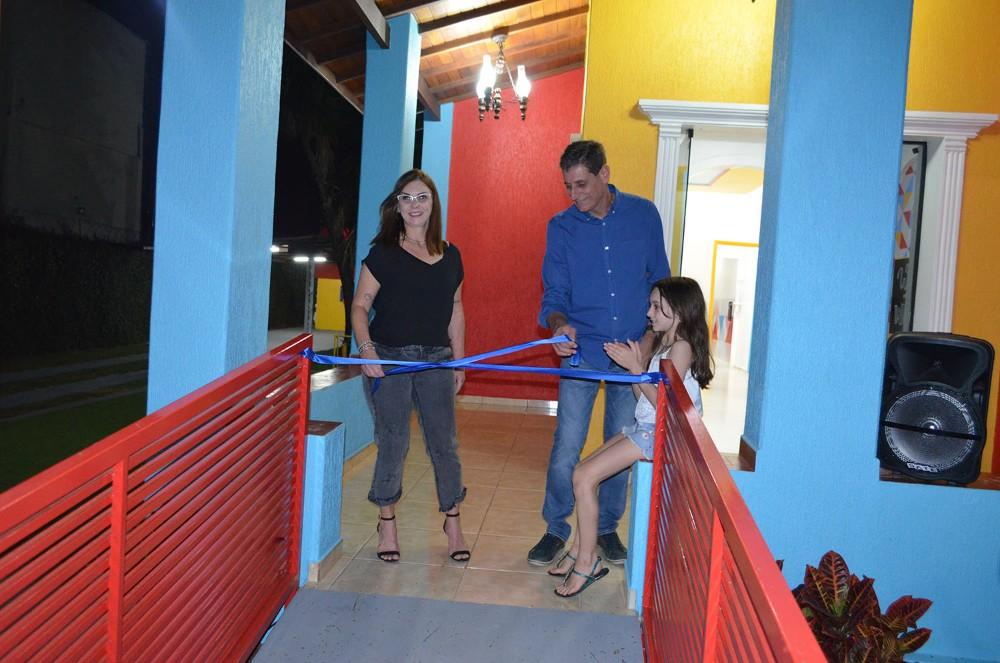 Momento em que Ana Lucia e André Cunha está descerrando a faixa de inauguração