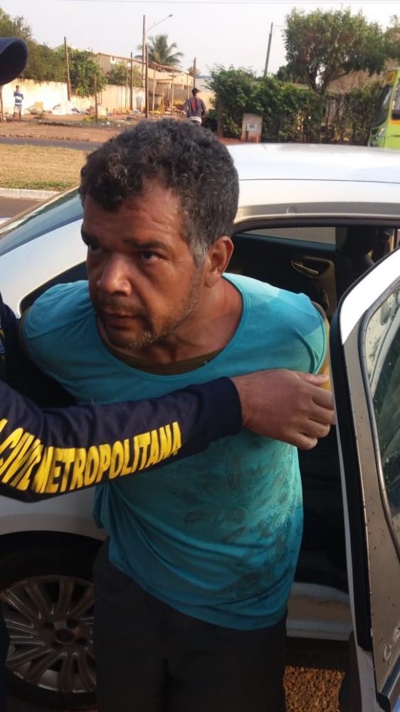 Suspeito ao chegar na Depca nesta manhã - Foto: Foto: Divulgação / Guarda Civil Municipal