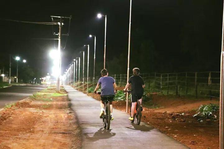 Iluminação da ciclovia está sendo implantada pela prefeitura