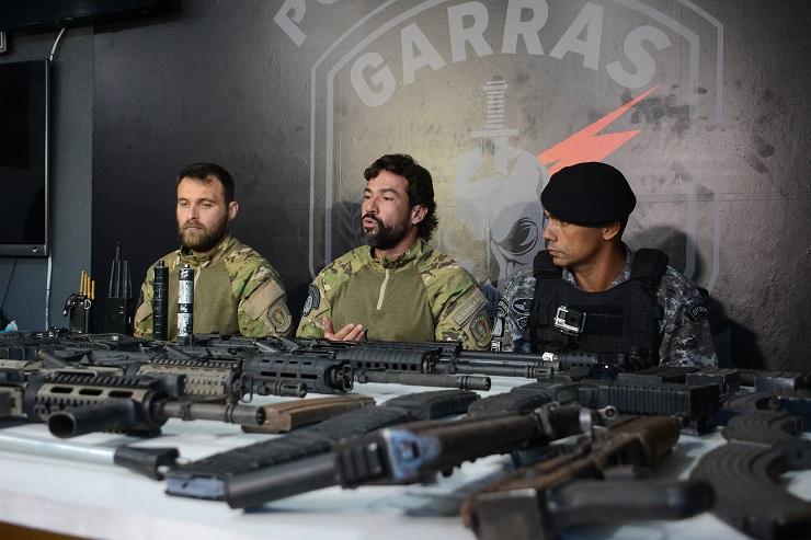 Delegado Fábio Peró (no meio) durante apreensão de armas na casa de guarda municipal envolvido com milícia - Foto: Bruno Henrique