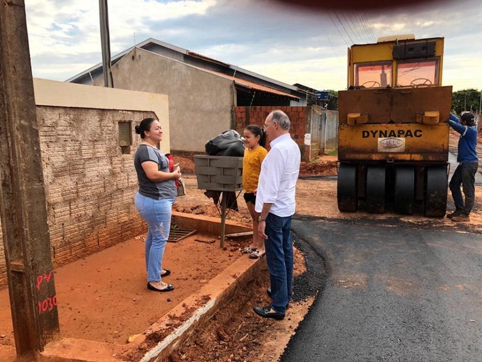 Prefeito Hélio Peluffo no Residencial Ponta Porã 1, onde vistoriou obras e conversou com moradores