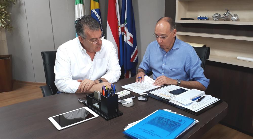 Prefeito Hélio Peluffo assina ordem de serviço acompanhado do secretário de Governo, Eduardo Campos