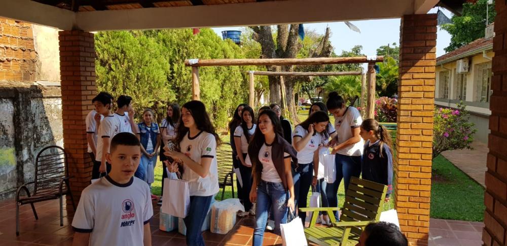 Alunos se preparando para a entrega das doações no Asilo Cristão